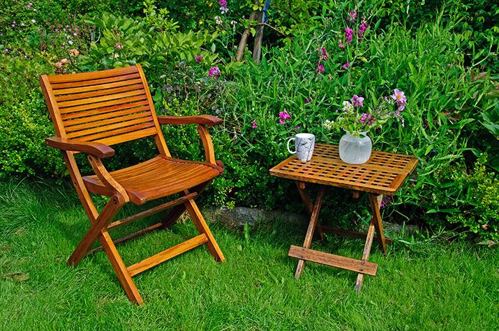 Meble drewniane są eleganckie, świetnie wyglądają na tarasie i pod